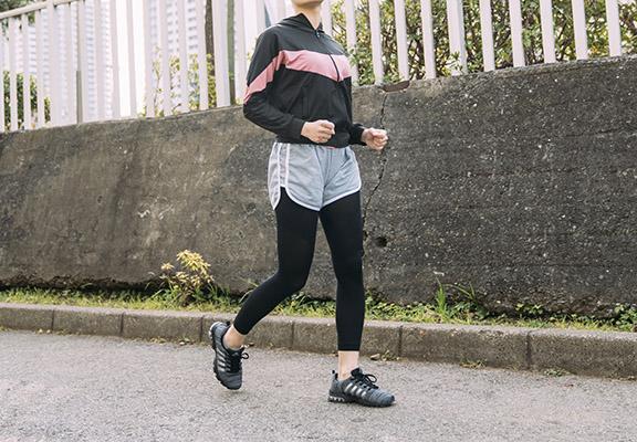 做運動時著「脂肪對策塑形壓力打底襪」,其護盤骨設計,收腹又美臀。