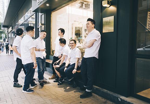 港東Canton Barber銅鑼灣店使用富有中國色彩的復古深綠色作為全店基調。