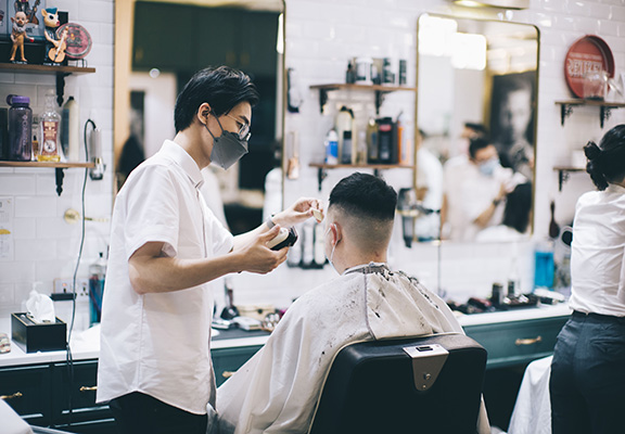 理髮師專業又細心,會先耐心聆聽顧客嘅需求,並作出專業分析,達成顧客心水造型嘅願望。