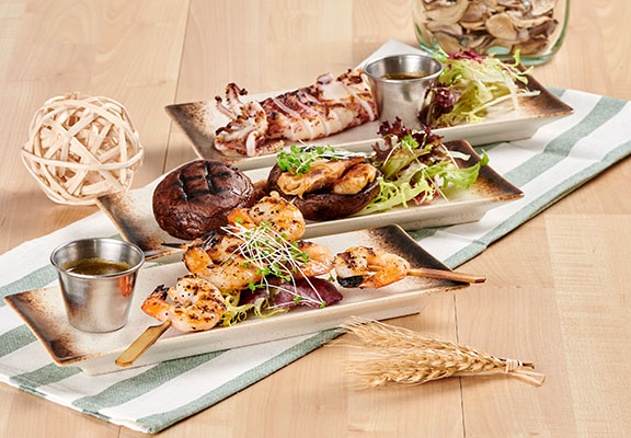 (前至後) 炭燒海蝦串配自家製泰式汁(6隻) / 燒大啡菇配西班牙植物素雞肉(2件) /炭燒原隻魷魚配自家製泰式汁
