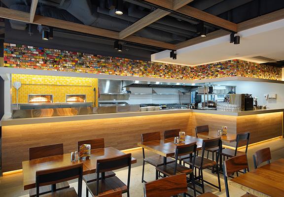 新店採用開放式廚房,顧客可以盡覽薄餅製作過程。