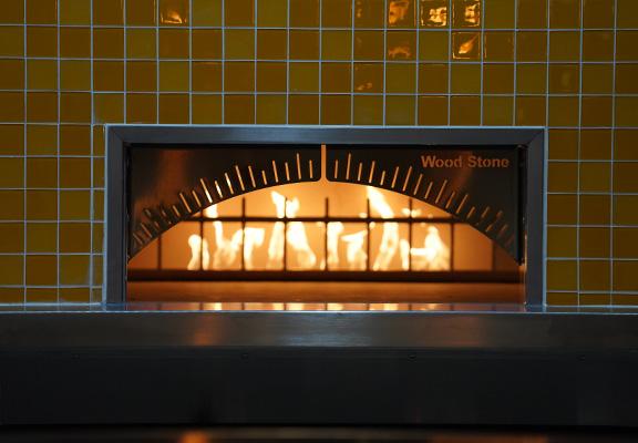CPK特別從美國訂製火山石製成嘅焗爐,能在短時間內將麵烤焗成香脆薄餅。