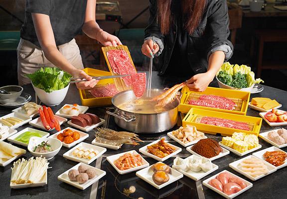 一鍋堂提供嘅湯底和配料選擇非常多。