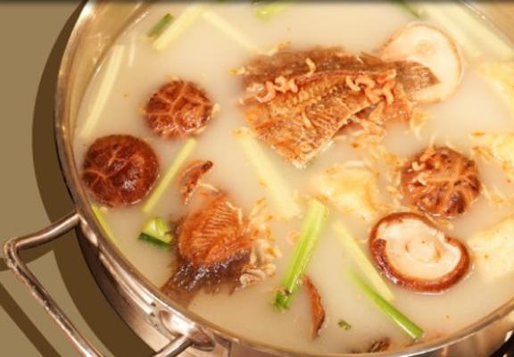 潮汕鍋加入香港生曬嘅大地魚、蝦米、豆卜等熬製,鮮味十足。