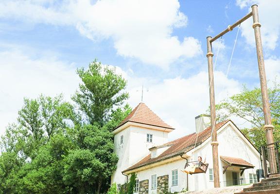 很多人到訪公園目的為試坐10米高飛天鞦韆。