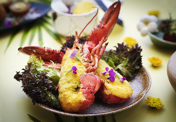 榴槤焗釀珍菌波士頓龍蝦以鮮蘑菇、雞脾菇、靈芝菇、馬蹄、龍蝦肉及榴槤作餡料,口感豐富。