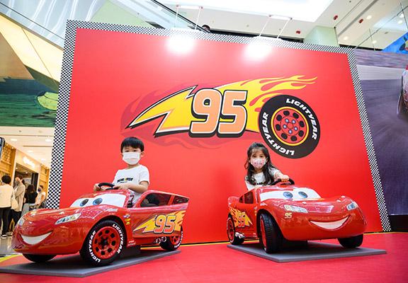 坐上麥坤玩具車,小朋友變身「新一代車神」。