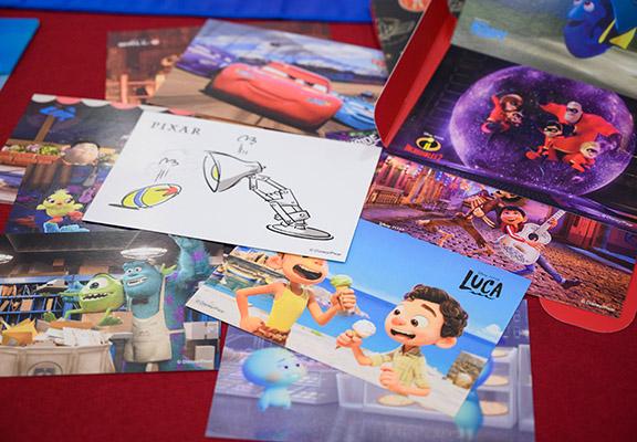 參加「明信片集印之旅」可換購1套12張電影紀念明信片。