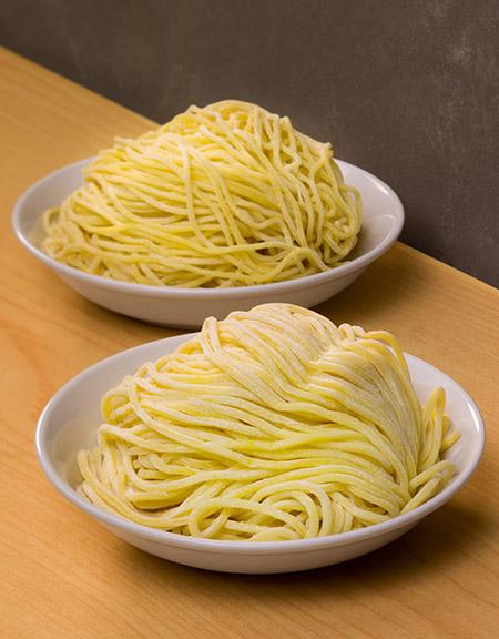 拉麵提供兩種粗幼度選擇。