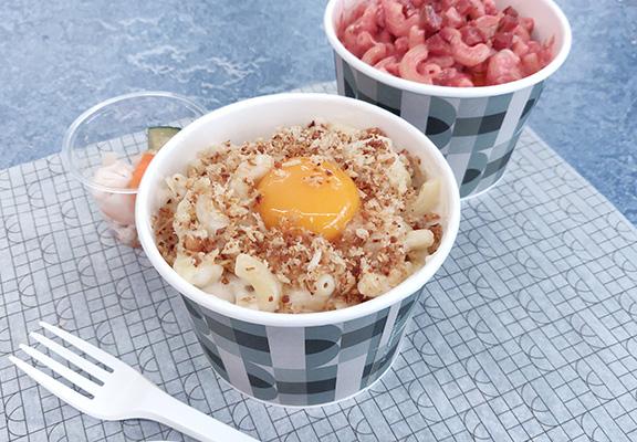 (前)Classic Mac傳統口味,配手工啤一流。Red Mac加入紅麴米,增添微酸;切粒辣肉腸,微辛味減去芝士膩感。