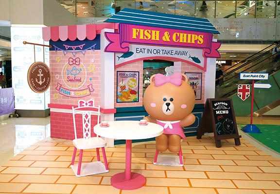 倫敦第二站有CHOCO著上粉紅色連身裙,在炸魚薯條店前等著和粉絲留影。呢一站,同樣掃二維碼,可收集限定食材領取食譜。