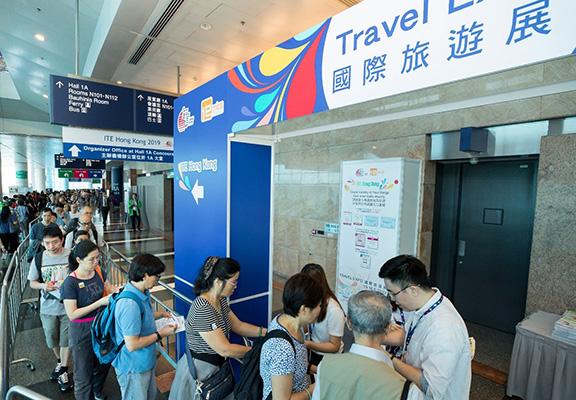 每年香港國際旅遊展都吸引大批喜歡旅遊嘅人入場參觀。