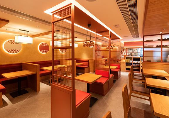 店內以紅色和木色為主調,室內設計在日式小店風格上添加摩登元素。