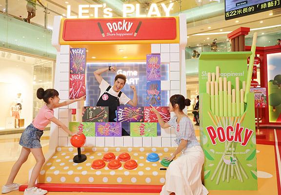 走進「復刻玩味巨型遊戲機」,利用POCKY俄羅斯方塊把出創意照片。旁邊嘅「巨型香濃抹茶POCKY」,內裡嘅抹茶棒棒可以拎起!
