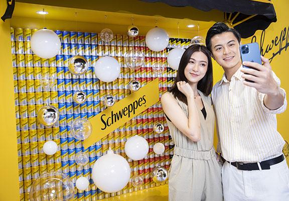 迷你罐砌成嘅特色牆展示5款Schweppes口味。