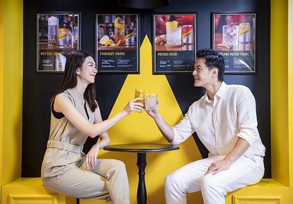 在戶外cafe茶座,與好友碰杯紀念開心時刻。