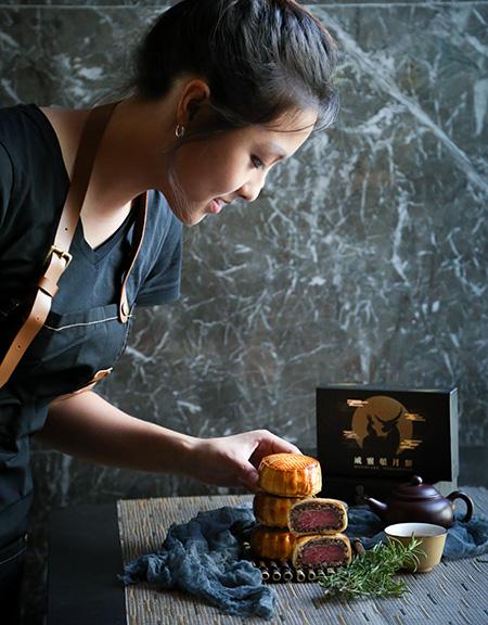 熱愛入廚嘅Phoebe有見威靈頓牛柳和月餅有異曲同工之妙,同樣係外層餅皮包裹餡料,於是靈感一觸,將兩者結合。