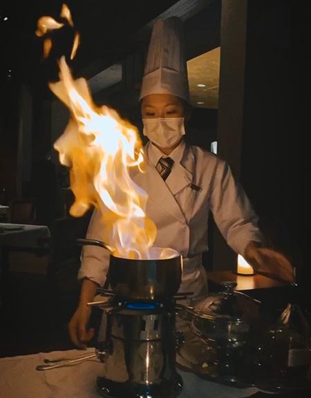 為了鑽研出賣相和食味俱佳嘅威靈頓月餅,Phoebe特意休學並到酒店廚廳工作,提升廚藝。