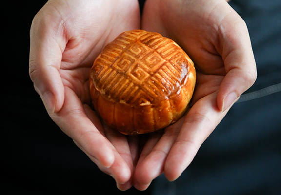 享用威靈頓月餅前,只要放入焗爐或氣炸鍋烤烘約10分鐘即可。