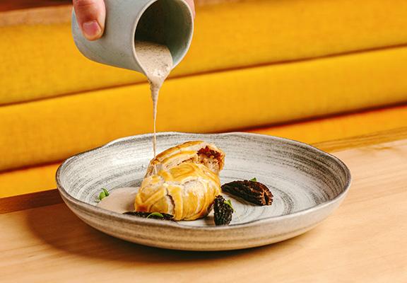 「芋蓉淮山千層酥批」創作意念來自威靈頓牛柳。