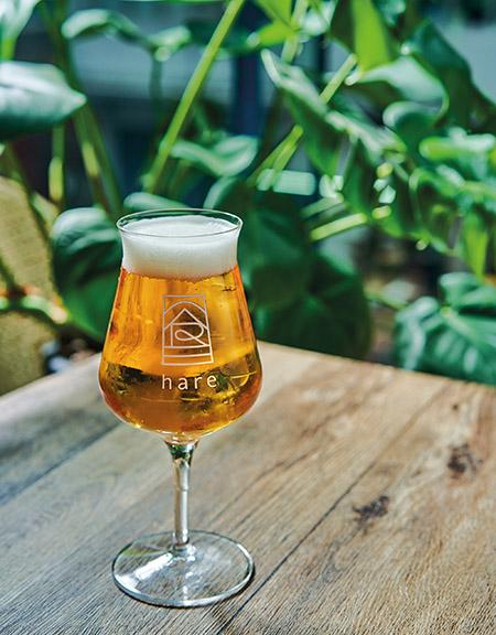 餐廳引入多個本地手工啤酒及Gin酒品牌,希望可以酒會友,讓大家打破對啤酒嘅固有印象。