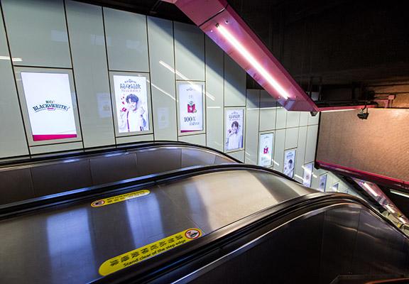 8月12日至9月1日銅鑼灣港鐵站D出口扶手電梯有廣告。
