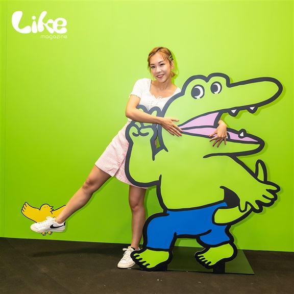 鱷魚君擺出V字手勢等待粉絲們同佢合照。