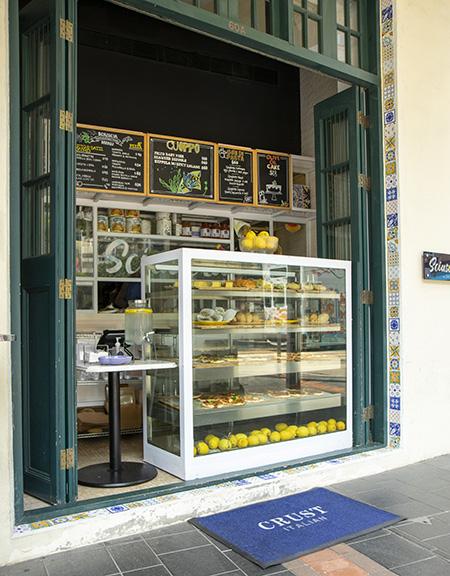 CRUST Sciuscia就在灣仔和昌大押拱門下,主打正宗拿坡量傳統街頭小食。