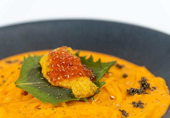傳統日式烏冬配熱湯,「忌廉烏冬」則以西式烹調法加入廣島蠔、海膽、三文魚籽等材料,帶來另一種滋味。