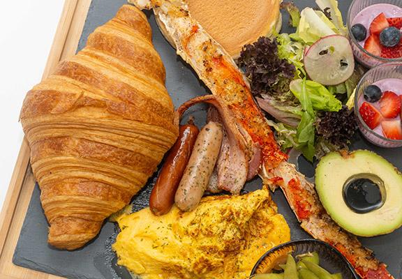 人氣熱賣嘅朝月夜全日早餐,二人份量,讓你與好友或伴侶開心share。