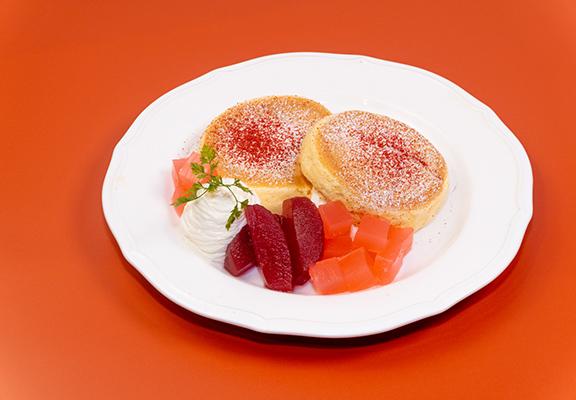 赤色林檎班戟嘅材料由京都總店直送,慢煮赤色林檎果肉配上赤色林檎果汁啫喱,香甜又清新。